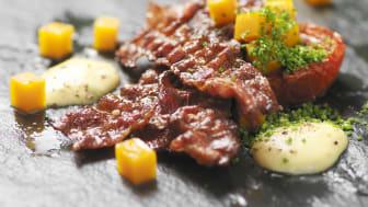 Knaperstekt bacon med bakad tomat, syltad pumpa samt äggdip