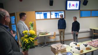 Jonas Sundström, kommunalråd och Andreas Bill, ordförande Utbildning & arbetsmarknadsnämnden uppvaktar vinnarna Isak Lager och Isak Drougge