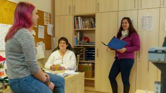 Sabrina Weis und Thekla Spielmann, pädagogische Mitarbeiter*innen in der Tagesgruppe Treysa, im Gespräch mit Regionalleiterin Bettina Götz (von links).