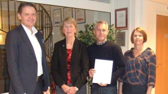 Årjängs kommun tecknar avtal med Pulsen Production kring IT-drift.  På bilden: Martin Hogmalm från Pulsen Production samt Birgitta Evensson, Kjell-Arne Ottosson och Linda Sydengen, Årjängs kommun.