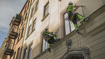 Här utför repcertifierade hantverkare fasadarbeten för en bostadsrättsförening. Standarden för reparbete som heter SPRAT garanterar en hög säkerhet och ett effektivt utförande.