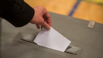 Person afgiver stemme ved valg