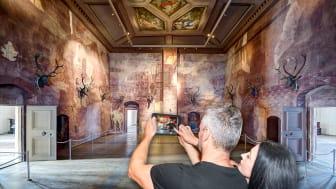 """""""Mit dem EntdeckerPad erkunden Besucher den Venussaal in Schloss Augustusburg virtuell."""" (Foto: ASL Schlossbetriebe gGmbH)"""