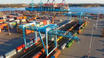 Efter den den 140 mil långa resan från Piteå rullar tågen direkt in på Göteborgs hamns containerterminal. Där kan lasten lyftas direkt på fartyg för vidare transport ut i världen. Bild: Göteborgs Hamn AB.