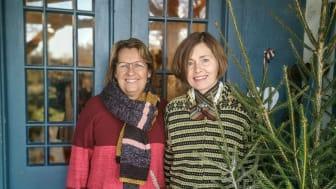 Soili Myllyaho och Wenche Engström välkomnar årets besökare till Färna Julmarknad.  Foto: Rickard Westerbergh