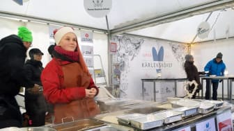 Kärleksköket på Rådhustorget bemannades av över 300 medarbetare fördelade på personal, idrottsaktiva och elever från ThorenGruppens olika verksamheter. Tillsammans med Umeåborna samlade Kärleksköket in över 121 000 kronor till Musikhjälpen.