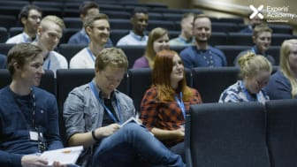 Raske teknologiske endringer gjør at mange nyutdannede ikke slipper inn på arbeidsmarkedet. I samarbeid med Experis Academy etablerer nå flere teknologiselskaper praksisplasser for IT-utdannede uten jobb. Foto: Experis Academy