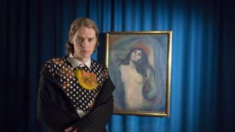 Artist Cezinando foran verket Madonna av Edvard Munch. Foto: Per Sveinung Larsen