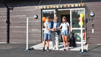 Niklas Wikström, ordförande i barn- och ungdomsnämnden klippte tillsammans med två av skolans elever bandet och förklarade nya Kvarnbergsskolan invigd.