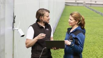 Lisa Lindström, odlingschef Svegro och Erik Fredlund, AI-konsult Codon Consulting installerar framtidens odling.