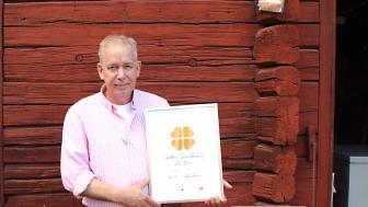 Olle Bengtsson, eldsjäl i föreningen Skördefest i Dalarna Ideell förening får ta emot intyget av de beviljade medlen inom Södra Dalarnas Sparbank samhällsnytta, Tro Hopp & Klöver