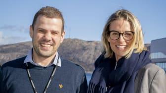 VOKSER I OLJEBYEN: Kenneth Titlestad og Heidi Ravndal gleder seg over at kollega nummer 100 nå er på plass. Foto: Kjetil Ravnås / Sopra Steria
