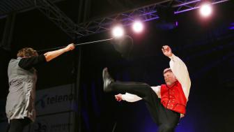 Norsk halling, her representert ved dansaren Vidar Underseth og spelemannen Sigmund Eikås, får ein sentral plass på Førdefestivalen 2018, som set dans og dansemusikk i fokus.  Foto: Knut Utler