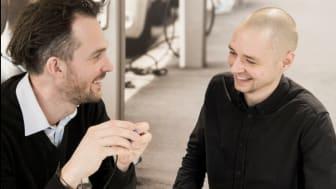 Utviklerne Björn og Kristoffer med det ferdige produktet.