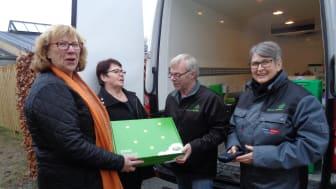 Jane L. Madsen og Elly Thomassen fra Viborg Krisecenter modtager oste fra Arla af frivilligei  fødevareBanken Mogens Liebergreen og Susanne Slotsdal
