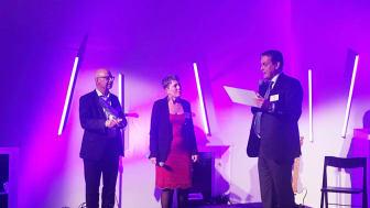 Riksbyggens vd Leif Linde (t h) överlämnar en check till We Effects generalsekreterare Anna Tibblin. På scenen även Kooperativa Förbundets och We Effects ordförande Tommy Ohlström (t v).