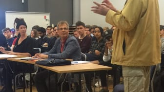 Sven Larsson berättar om sina utmaningar och ger feedback till ungdomarnas uppfinningar.