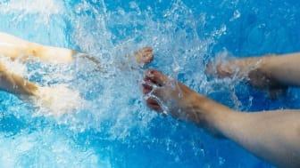 För att få en bättre funktionsförmåga och minska sjukdomsbesvären krävs även fysisk träning och rehabilitering, till exempel genom träning i varmvattenbassäng.