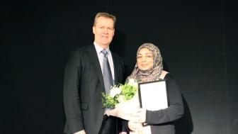 Årets stipendiat Tahira Raza tillsammans med Henrik Runnemalm från GKN Aerospace..
