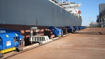 The 225m iron carrier Huang Shan Hai is successfully moored and held without ropes