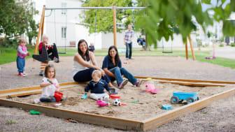 BoKlok bygger för gemenskap genom att skapa trygga kvarter där människor med olika bakgrunder och åldrar dels har råd att bo, och dels trivs ihop.
