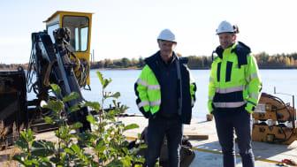 Anders Åkesson, elnätschef Karlstads El- och Stadsnät och Mattias Göthlin, projektledare Karlstads El- och Stadsnät står på en ponton i Kroppskärrssjön.