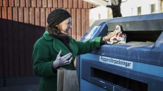 Förpackningsavfall slänger du på en återvinningsstation eller i soprummet om det finns sorteringskärl där. Granen slängs på återvinningscentralen eller på anvisad plats om du bor i lägenhet.