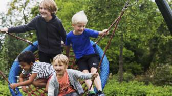 En kompisgunga, liknande den på bilden, kommer att finnas som alternativ till den nya giftfria gungsitsen som lokalförvaltningen monterar med start i höst på Göteborgs förskolegårdar. Foto: Marit Lissdaniels