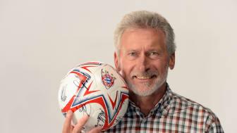 Paul Breitner versteigert FC Bayern Fußball für guten Zweck