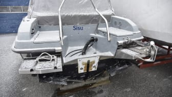 En allt för vanlig syn, stulen båtmotor troligen forslad ut ur landet. Foto Lars-Åke Redéen.