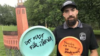Före finalen i Stockholm Discgolf Open på söndag kommer spelare och järvabor att kasta sina discar i stadshuskorgen med krav på att rädda parken. Simon Lindgren håller i manifestationen.
