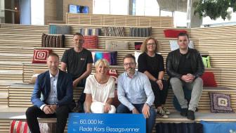 En gruppe medarbejdere fra Lindab besøgte Røde Kors i forbindelse med virksomhedens donation på 60.000 kroner. I midten ses Heino Juhl, HR- og marketingchef i Lindab A/S, sammen med Marie-Louise Gotholdt, national chef for Røde Kors Danmark.