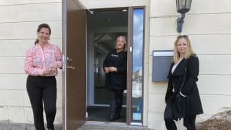 Nina Andersson, näringslivschef och turismhandläggarna Marjut Petersson och Jola Follin Noreklev utanför Hamnkontorets ingång där turistbyrån ska inrymmas i sommar.