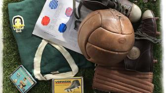 Fotboll, fotbollsskor m.m. från Torbjörn Anderssons samling som utställningen är baserad på.