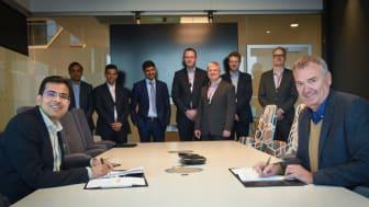 Amit Bajaj, TCS:n Euroopan-johtaja ja Morten Stødle, Posten Norgen IT- ja digitalisaatiojohtaja allekirjoittavat sopimuksen yhteistyön laajentamisesta. (Kuva: Birger Morken)