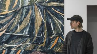 Fredrik Åkum, Beckers Konstnärssttipendium 2020, konsntären framför en av sina målningar