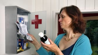 Frau am Arzneischrank