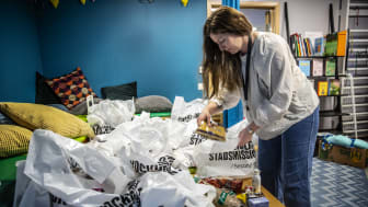 Matkassar förbereds på Unga Station i Järva