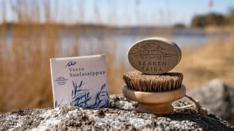 Saippuat valmistuvat käsityönä Särkisalon saaristossa. Tarkoin valitut luonnon raaka-aineet takaavat tehokkaan hoitavuuden myös erittäin herkälle iholle. Kuvat: Saaren Taika