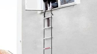 Brandstegen är lätt att förvara och går snabbt att hänga över fönsterkarmen när den behöver användas.