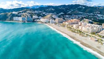Almuñécar vackert beläget i ett böljande landskap intill Medelhavet