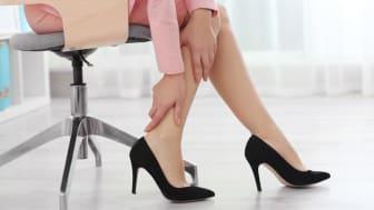Schmerzende Füße im Büro sind keine Seltenheit. Eine falsche Sitzhaltung vor dem PC kann die Ursache sein. Oft sind es aber Schuhe mit zu hohen Absätzen, die Fuß-und Wadenmuskulatur verkrampfen lassen. Bild: Africa Studio | fotolia