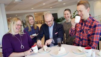 Sigma Industry East North firar med tårta.