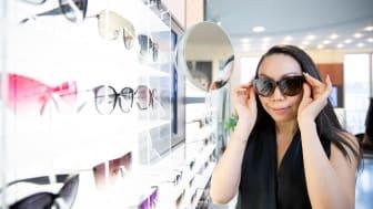 Synsamin Suunnittelupäällikkö, Wai Chan, opastaa oikean valinnan teossa koskien kevään ja kesän aurinkolasimalleja.