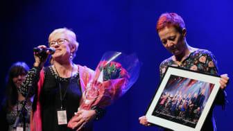Direktør Hilde Bjørkum tok i mot prisen som Årets folkemusikkarrangør 2017, saman med kommunikasjonssjef Torill Faleide (t.h.), produsent Ingebjørg Nomeland (bak), og arrangementssjef Sølvi Lien (ikkje med på bildet) .