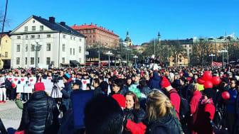 Röda tråden-demonstrationen på Medborgarplatsen i Stockholm, mars 2017, hade cirka 3000 deltagare men missades av media. https://rssthlm.wordpress.com/2017/03/12/stor-demonstration-for-ensamkommande-flyktingar/