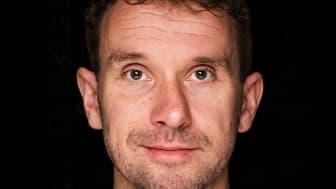 Forfatter og idrettslærer Arild Stavrum er tidligere stjernespiller og fotballtrener. Han bruker bevisst fotball som tema i barnebøkene sine for å skape leselyst hos gutter. Foto: André Løyning