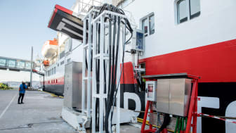 PÅ STRØM: Bergen er den første havnen som  tilbyr Hurtigruten landstrøm. Onsdag ble MS Spitsbergen koblet til anlegget for første gang. Resultatet: Lavere utslipp og renere luft. Foto:  Eivind Senneset/Hurtigruten/Bergen Havn
