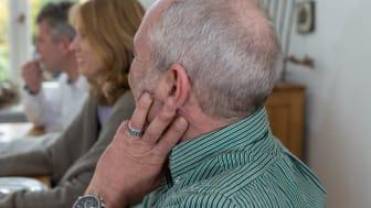 Wenn das Hören zur Anstrengung wird, ist es Zeit für einen Hörtest beim Hörakustiker. Hörsysteme können schon früh für erhebliche Verbesserungen der Kommunikation und Lebensqualität sorgen. Bild: FGH