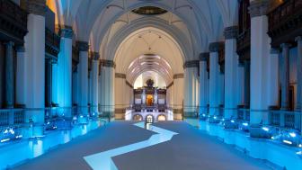 Stora hallens drygt tjugo meter höga takvalv visar den arktiska världen och himlen med hjälp av projektioner. Foto: Hendrik Zeitler.